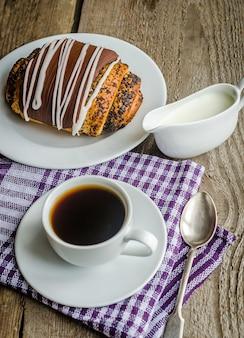 一杯のコーヒーとガナッシュで艶をかけられたポピーパン