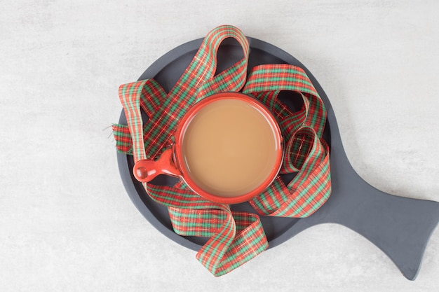 Чашка кофе и лента на темной доске