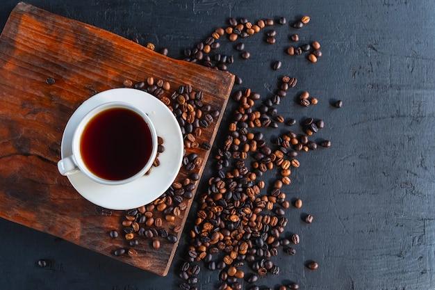 커피 한 잔과 볶은 커피 콩