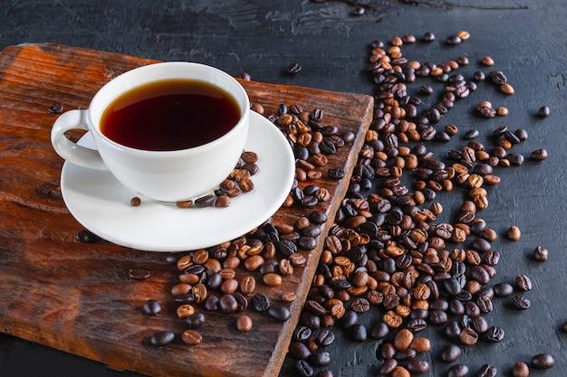 一杯のコーヒーと焙煎したコーヒー豆