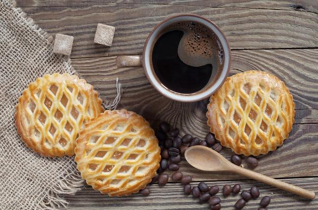 一杯のコーヒーと丸いリンゴのラティスケーキ