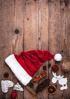 Чашка кофе и шляпа деды морозы, рождественский набор, подарок и елка.