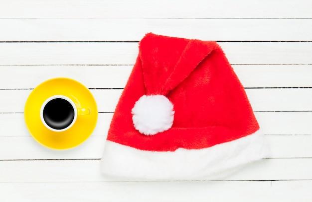 커피 한잔과 산타 모자