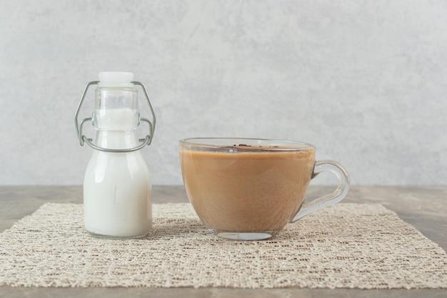 大理石のテーブルにコーヒーと砂糖のカップ