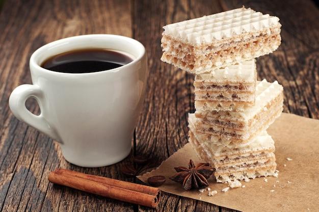一杯のコーヒーとコンデンスミルク入りの甘いワッフル