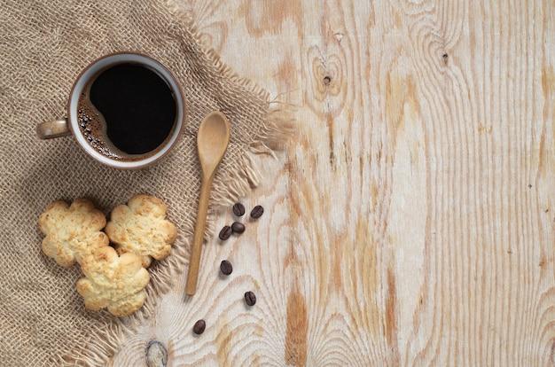 一杯のコーヒーとココナッツチップスのおいしいビスケット