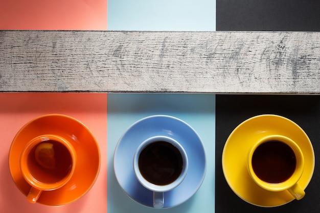 Чашка кофе и чая на абстрактных красочных