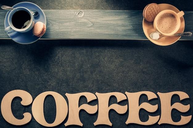 Чашка кофе и чая на черном фоне