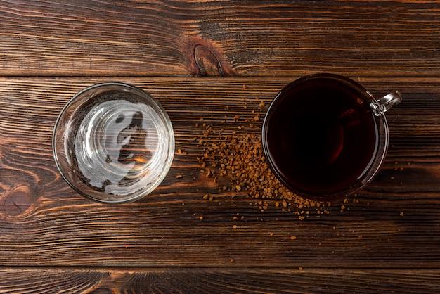 テーブルの上のコーヒーと水のカップ