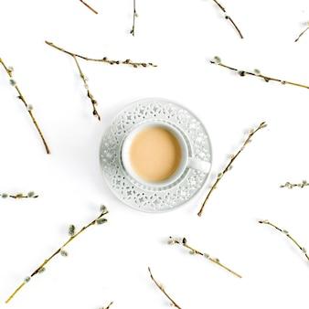 白のコーヒーと柳の枝のパターンのカップ