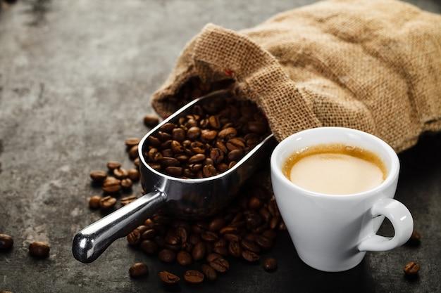 Чашка кофе, сумка и совок на старых ржавых
