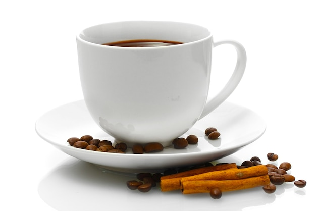 Чашка кофе, бобы и палочки корицы, изолированные на белом фоне