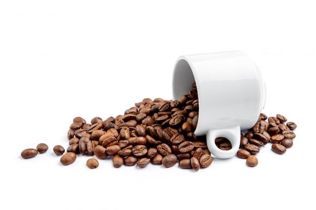 Чашка кофе в зернах на белом фоне