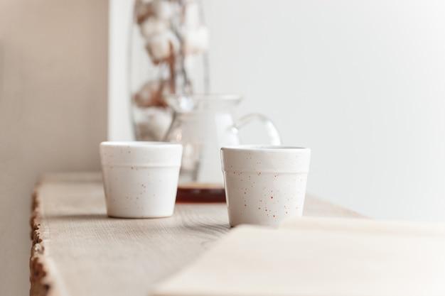 一杯のコーヒー、木の枝、木製の窓辺 無料写真