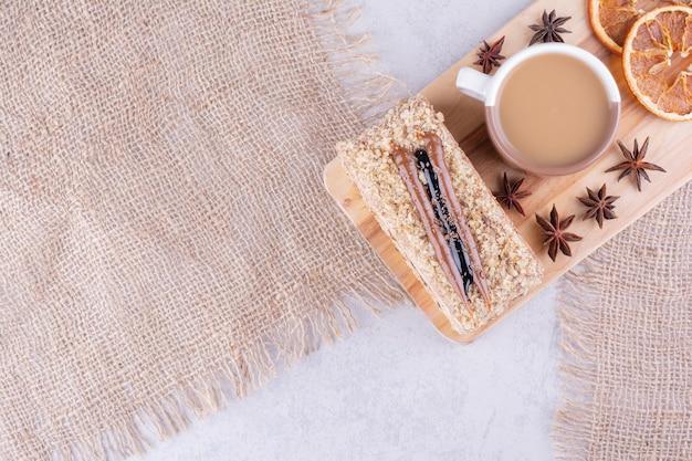 나무 보드에 커피, 케이크, 오렌지 조각 컵. 고품질 사진