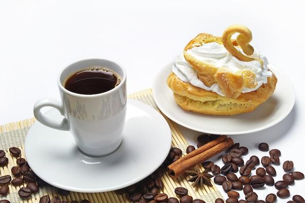 一杯のコーヒー、白鳥の形のケーキ、コーヒー豆