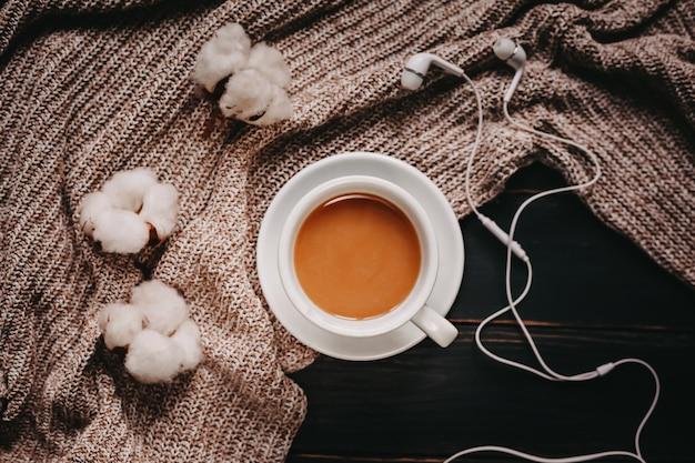 一杯のコーヒー、綿、イヤホン。フラット横たわっていた、トップビュー
