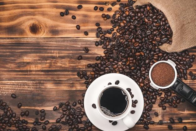 커피 에스프레소와 시골 풍 테이블에 콩 컵