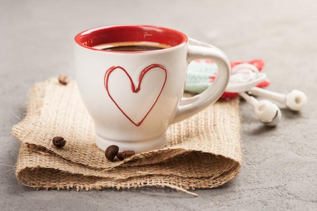Чашка кофе эспрессо, бобы, красное сердце