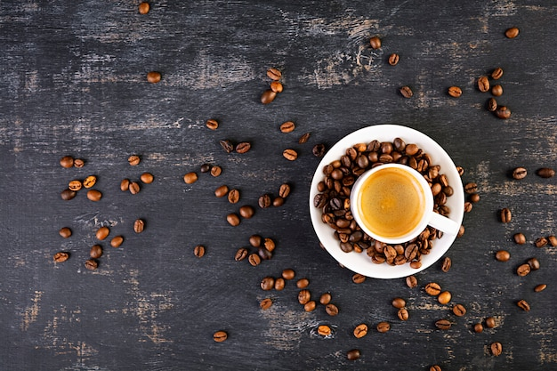 一杯のコーヒーエスプレッソ。暗い背景に温かい飲み物のコーヒー