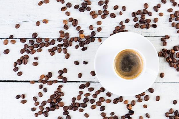 一杯のコーヒーエスプレッソ。白い背景の上の温かい飲み物のコーヒー