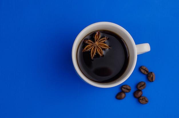 一杯のコーヒーエスプレッソとコーヒー豆とアニススター
