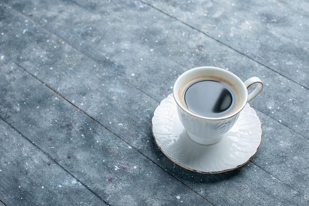 青い机の上で熱くて強いコーヒーのカップ、コーヒーココアは熱い飲み物