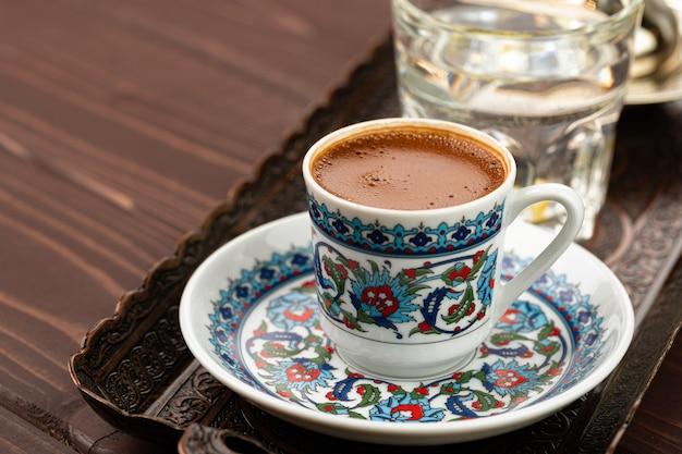 Чашка кофе в восточном стиле на металлическом подносе