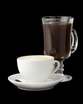 黒の背景に分離された一杯のコーヒー