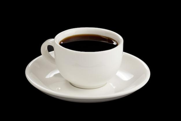 검은 표면에 고립 된 커피 한잔