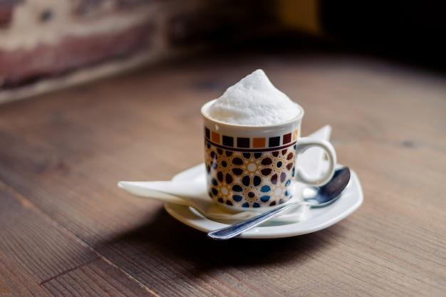 나무 테이블에 고립 된 커피 한잔입니다. 레트로 스타일.