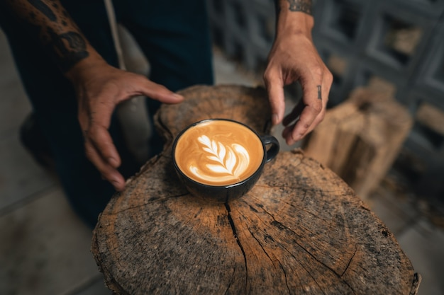 コーヒー翔のコーヒーラテのカップ、バリスタによるコーヒーラテアートメイク