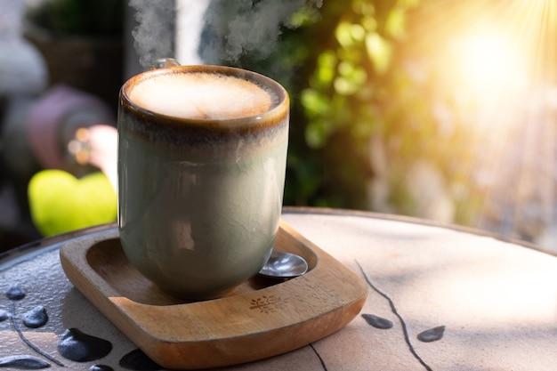 緑の詩のマグカップに入ったコーヒー ラテ