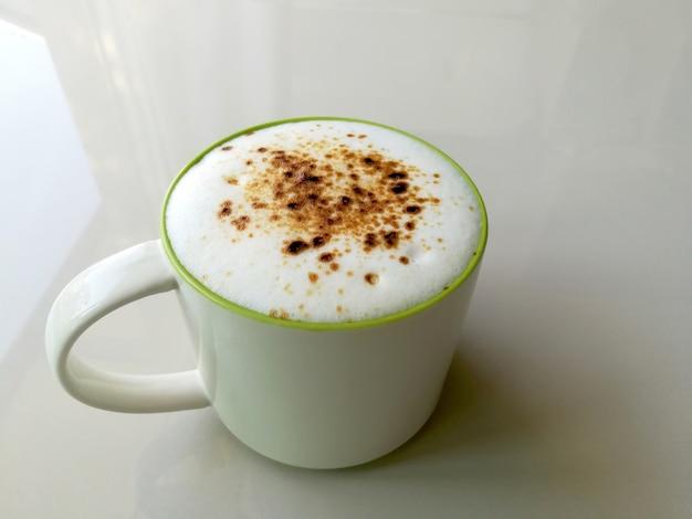 흰색 표면에 절연 커피 라떼 한잔