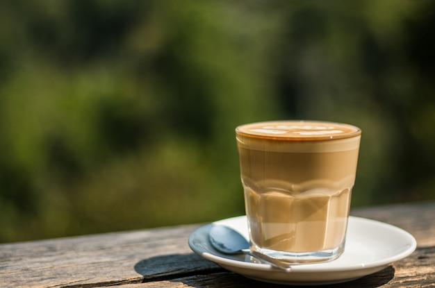 木製のバーでのコーヒーカフェラテ