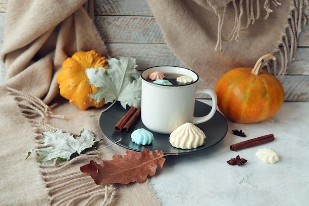 一杯のコーヒーメレンゲカボチャはカシミヤ毛布に家の快適さの概念を残します