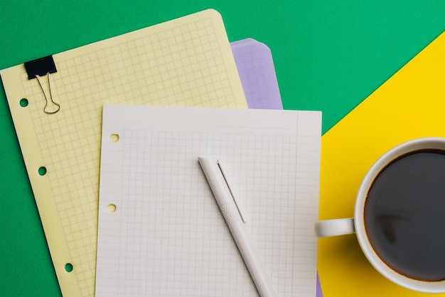 クリップトップビューオフィスビジネスファイナンスとコーヒーのメモ帳のカップ。