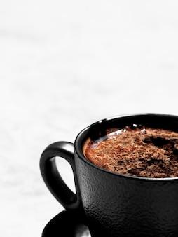 ライトグレーの表面に香りのよいエスプレッソのコーヒー1杯