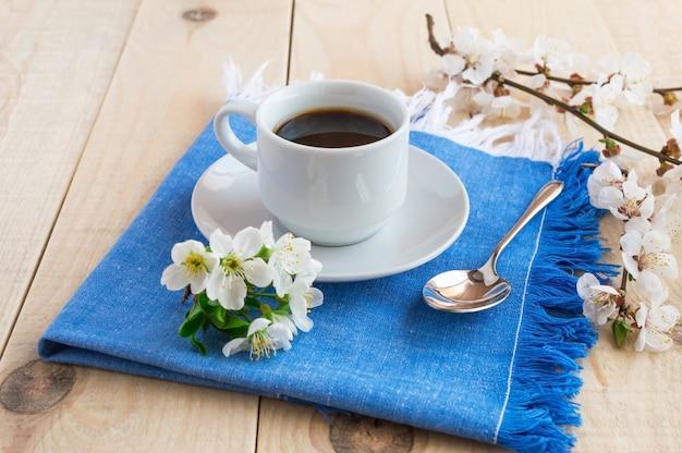 블루 냅킨에 커피 한잔. 봄 꽃