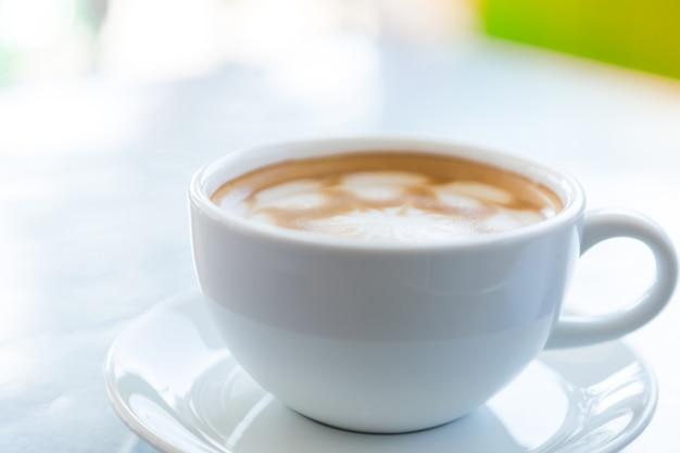 Чашка кофе на тарелке