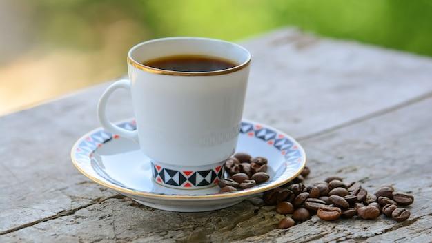 나무 표면에 커피 한잔