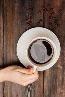 木製のテーブルのお菓子の朝食の上面図のコーヒーのカップ