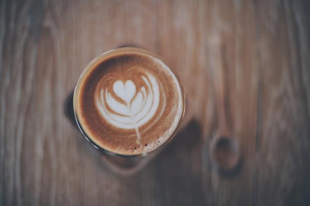 木製のテーブルの上にコーヒーカップ
