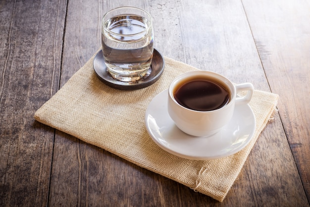 木製のテーブルにコーヒーのカップ