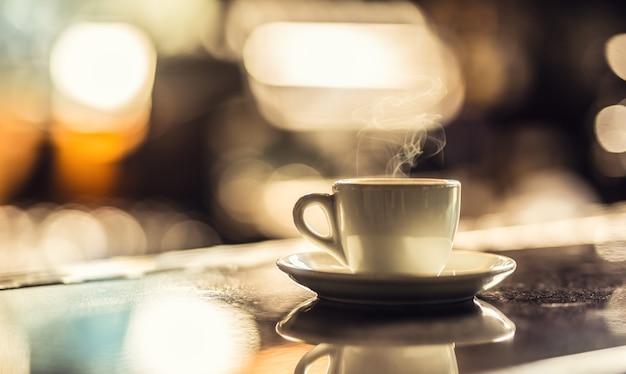 ナイトクラブのバーデスクで一杯のコーヒー。