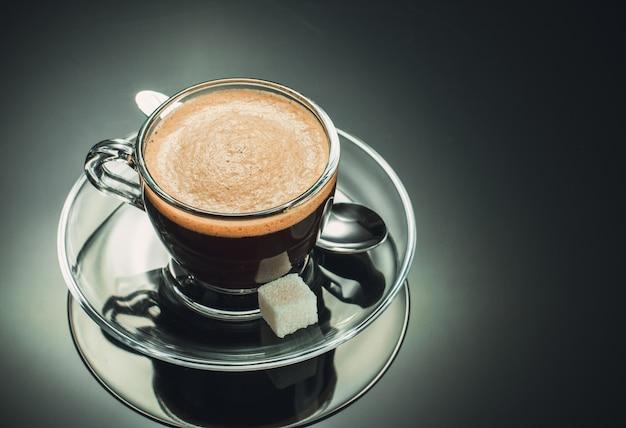 검은 배경에 커피 한잔