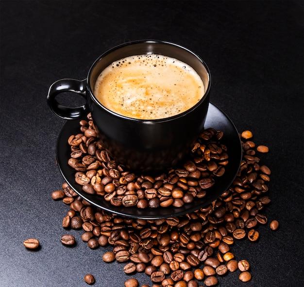 Чашка кофе на черном