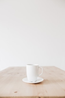 きれいな木製のテーブルの上のコーヒーのカップ