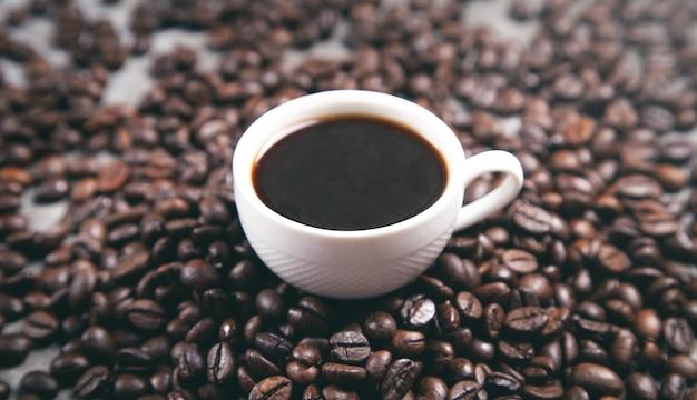 커피 콩에 커피 한잔