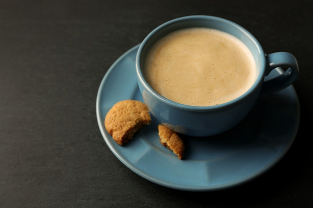 회색 표면에 커피 한잔